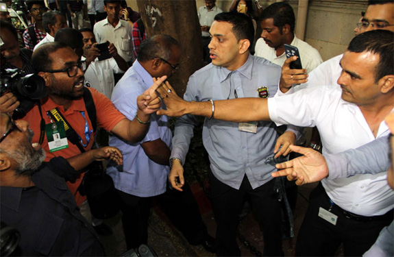 scuffle-in-bombay-house-guard-and-journalist