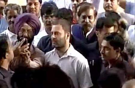 rahul-gandhi-queue-at-sbi-parliament
