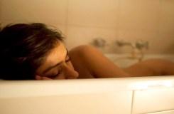 विदेशी बॉयफ्रेंड ने शेयर की अभिनेत्री की बाथटब पोज़ फोटो