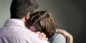 रोती हुई लड़की को अपना कंधा देते हैं लड़के, बदले में मिलता है….