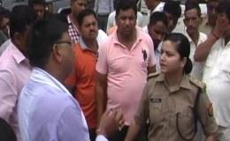 रोड पर बीजेपी नेता को लेडी सिंघम ने लताड़ा, एफआईआर दर्ज