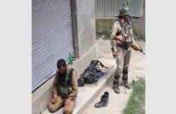 ड्यूटी के दौरान नमाज पढ़ते पुलिसकर्मी की सुरक्षा करता रहा CRPF जवान, फोटो वायरल