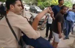 लव जिहाद के आरोप में बजरंग दल के लोगों ने मुस्लिम को पुलिस के सामने पीटा