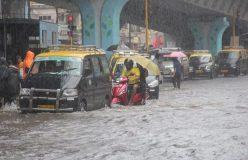 मुंबई : ट्रैक पर फंसी महालक्ष्मी एक्सप्रेस, 700 यात्रियों को बचाने में जुटी नौसेना