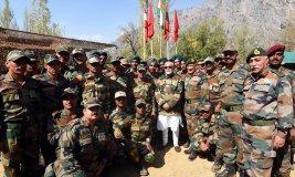PM  मोदी ने सीमा पर तैनात सैनिकों के साथ दिवाली
