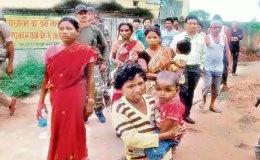 झारखंड : पुलिस सुरक्षा में गाँव पहुंची भूख से दम तोड़ने वाली बच्ची की मां