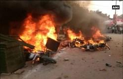 कानपुर में दो समुदाय में बवाल, आगजनी-पथराव, पुलिस ने किया लाठीचार्ज