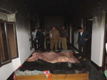 हत्या : एक बहन को पलंग पर तो दूसरी की फंदे से लटका कर जलाया