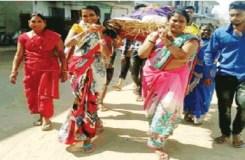 महिलाओं ने कंधा देकर किया भिखारी का अंतिम संस्कार