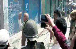 जम्मू-कश्मीर: पत्थरबाज भाजपाई मंत्री ने पुलिस पर उठा लिया पत्थर
