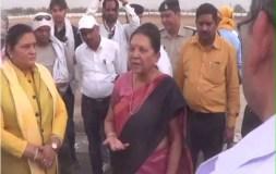 राज्यपाल आनंदीबेन दिए बीजेपी नेताओं को 'टिप्स'- गोद लो, सिर पर हाथ फेरो, तभी मिलेंगे वोट