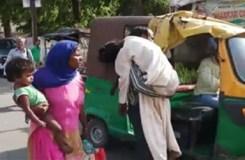 पत्नी की मौत के बाद कंधे पर ढोया शव का बोझ, नहीं मिली एंबुलेंस