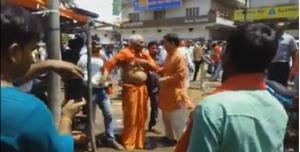 भाजपा युवा मोर्चा के कार्यकर्ताओं ने स्वामी अग्निवेश को पीटा