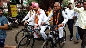 नंदकुमार ने बुरहानपुर की गुटबाजी पर साधी चुप्पी, चलाई साइकिल