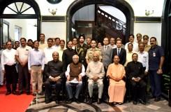 राजभवन के अधिकारियों के साथ 'राष्ट्रपति' का फोटो सेशन