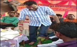 सांसद के पैर धोकर भाजपा कार्यकर्ता ने पिया पानी, सांसद बोले