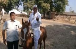 खंडवा : लोकतंत्र के महापर्व में आहुति डालने घोड़े पर सवार होकर पहुचे ये बुजुर्ग
