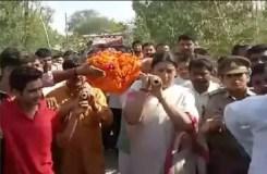 भाजपा नेता की अंतिम यात्रा में शामिल हुईं स्मृति, अर्थी को दिया कंधा