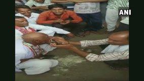 कांग्रेस के हारने के बाद पार्टी कार्यकर्ता ने मुंडवाया सिर