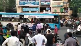 सड़क पर युवक पर चाकू से हमला, विडियो बनाते रहे लोग, नहीं की किसी ने मदद