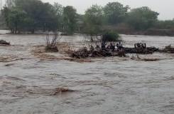बुरहानपुर : सूखी नदी में अचानक आई बाढ़, तीन घंटे फंसे रहे सात मजदूर