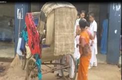VIDEO : अस्पताल के सामने रिक्शे पर हुई महिला की डिलीवरी