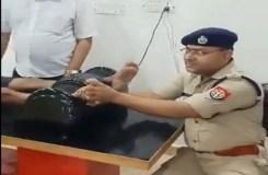 शिव भक्त को हुई थकान तो एसपी ने खुद दबाए उसके पैर, Video Viral