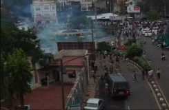 जुलूस के दौरान भीड़ की पुलिस के साथ झड़प, कई पुलिसकर्मी घायल