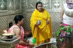 उमा भारती का महाकाल मंदिर में विवाद, पुजारियों ने ली पहनावे पर आपत्ति