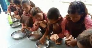 मिड डे मील में नमक के साथ रोटी खाते स्कूली बच्चों का VIDEO बनाने वाले पत्रकार के खिलाफ FIR दर्ज