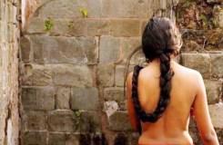 इस गांव में 5 दिन औरतें कपड़े नहीं पहनतीं