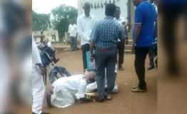 Video वायरल: अधिकारी के पैरों में गिरकर रोजी-रोटी ना छीनने की मांग कर रहे किसान