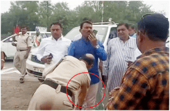 पुलिस कांस्टेबल ने वर्दी में मंत्री के पैर छुए Video Viral