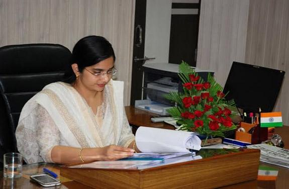 khandwa collector IAS swati meena news photo