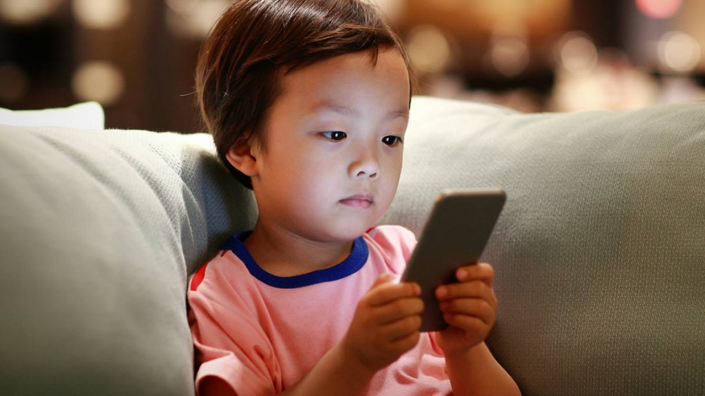 What should children have their own smartphone, how dangerous it is मोबाइल