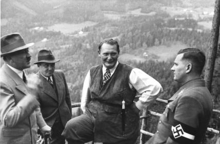 Bundesarchiv_B_145_Bild-F051620-0043_Hitler_GC3B6ring_und_v._Schirach_auf_Obersalzberg