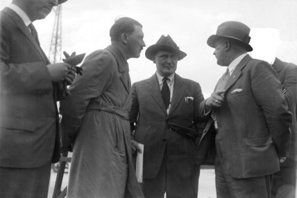 Bundesarchiv_Bild_102-14081_Berlin-Tempelhof_Hitler_GC3B6ring_u._RC3B6hm