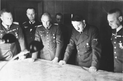 Bundesarchiv_Bild_146-1971-070-61_Hitler_mit_GenerC3A4len_bei_Lagebesprechung