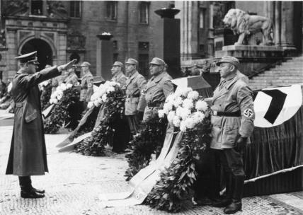 Bundesarchiv_Bild_183-E12359_MC3BCnchen_Adolf_Hitler_vor_Feldherrenhalle