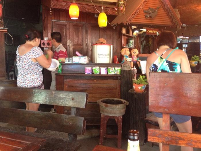 アユタヤ駅近くのレストラン。