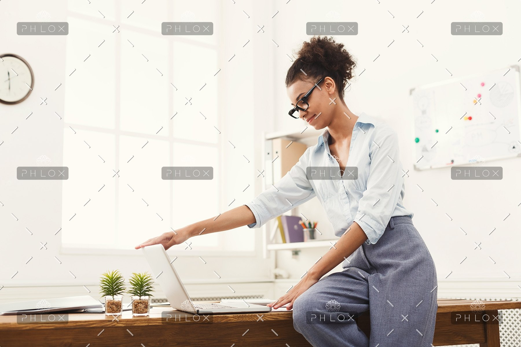business-woman-opening-laptop-at-office-PU4ZAGW