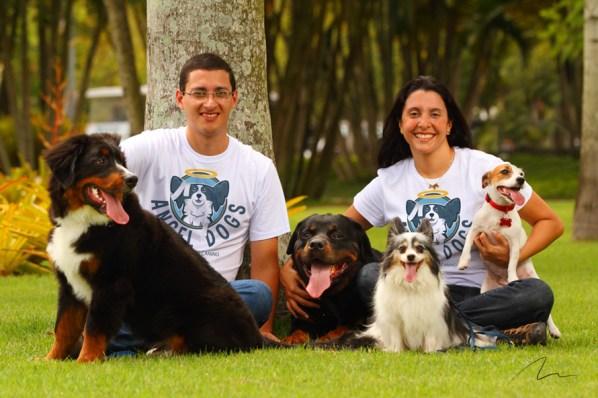 imagem adestradores e seus alunos caninos