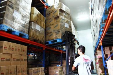Foto empilhadeira area de carga distribuidora Auguri.