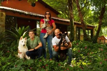 imagem 3 pessoas com cães