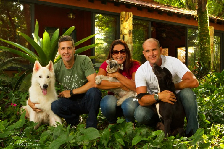 Foto retrato três pessoas e cães