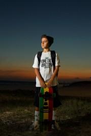 imagem menino com sk8 por do sol
