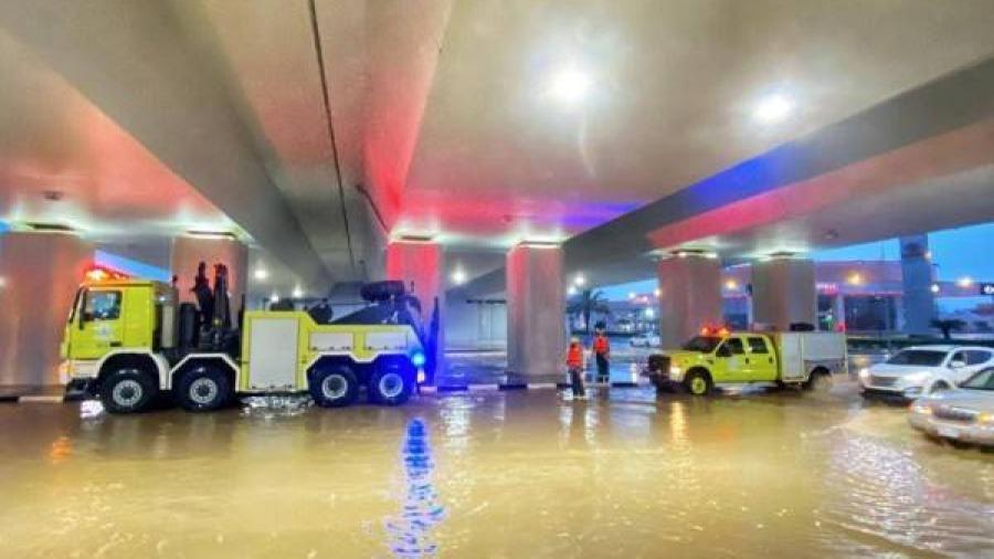 السعودية : احتجاز للمركبات نتيجة هطول الأمطار .