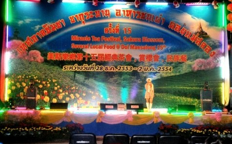 Bühne mit Sängerin auf dem Teefestival in Doi Mae Salong