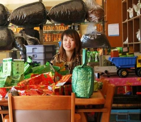 """""""Unser"""" Teeladen in Doi Mae Salong, Thailand: Verpacken von Tee"""