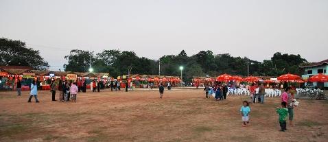 """Reihe von Ständen auf dem Tee-""""Festival"""" in Doi Mae Salong, Thailand"""